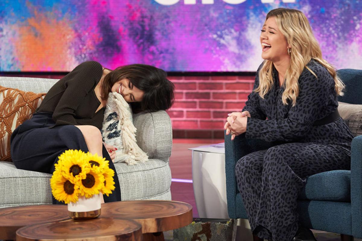 Fans praise Kelly Clarkson for singing Selena Gomez's song better than her