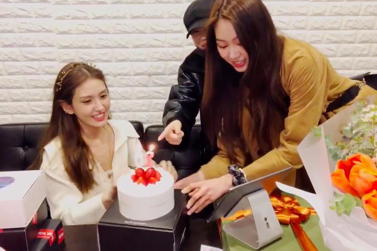 Jeon Somi celebrates her birthday with MOMOLAND's JooE And CLC's Eunbin