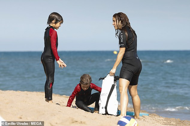 Shakira-shows-off-her-incredible-figure-as she-enjoys-bodyboarding-with-her-sons-3