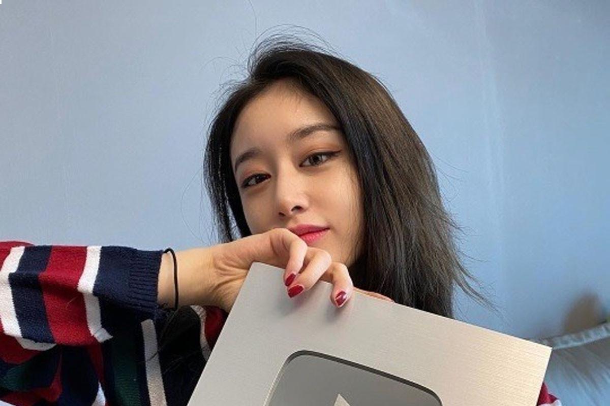 Jiyeon reaches 100k subscribers on Youtube