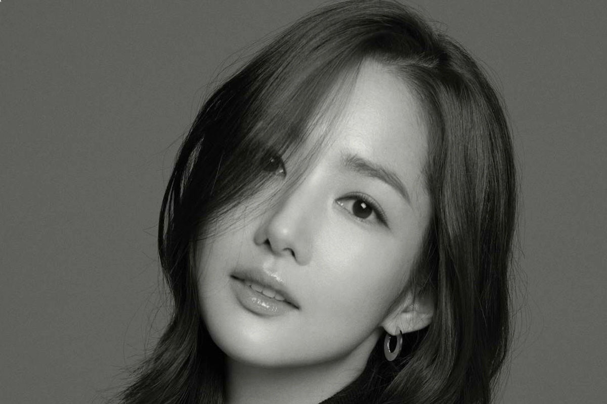 Park Min Young is beautiful over flower in black and white photo