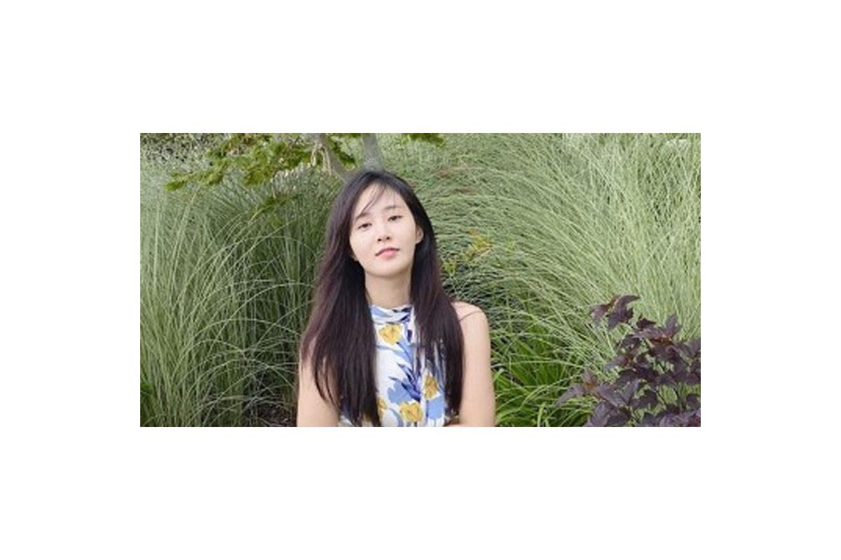 Yuri (SNSD) shows off her elegant beauty