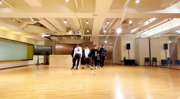 korean-netizens-amazed-by-photos-of-sm-entertainments-practice-room-2