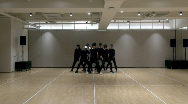 korean-netizens-amazed-by-photos-of-sm-entertainments-practice-room-4