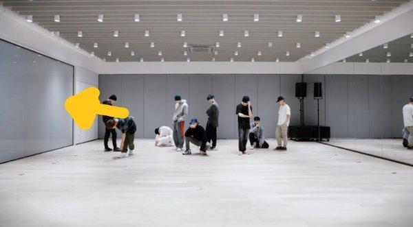 korean-netizens-amazed-by-photos-of-sm-entertainments-practice-room-10
