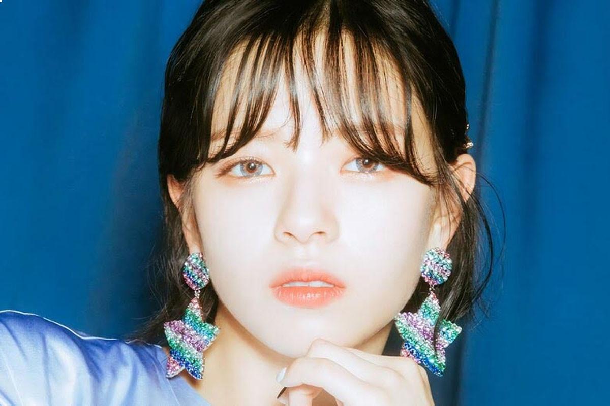 Jeongyeon (TWICE) looks like doll when taking selfie