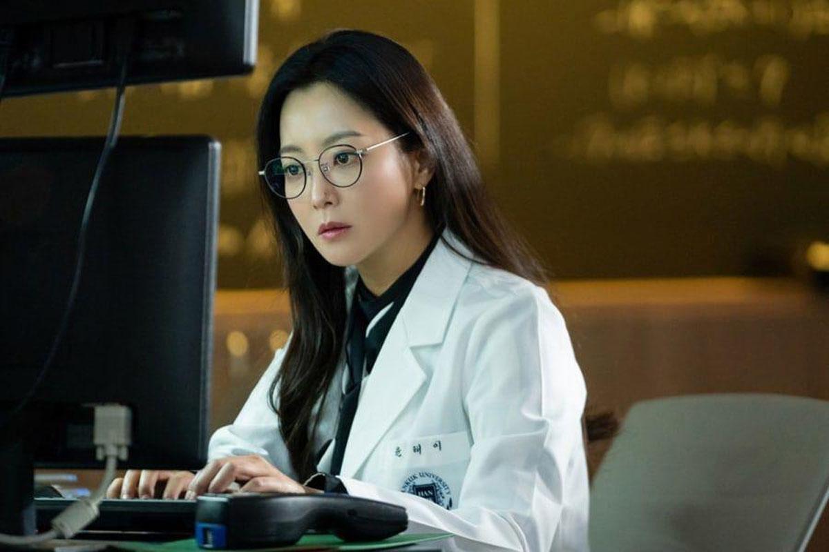 "Upcoming Drama ""Alice"" Shares First Stills Of Kim Hee Sun As Intelligent Scientist"
