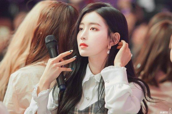 3-k-pop-girls-with-an-ocean-of-sorrow-in-their-eyes-4