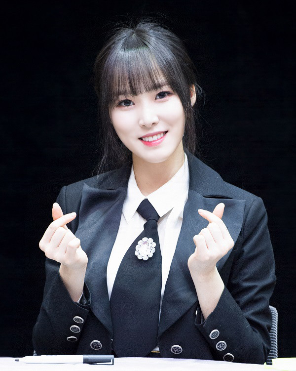 9-Female-Idols-Who-Looks-Attractive-and-Gorgeous-in-Suit-8