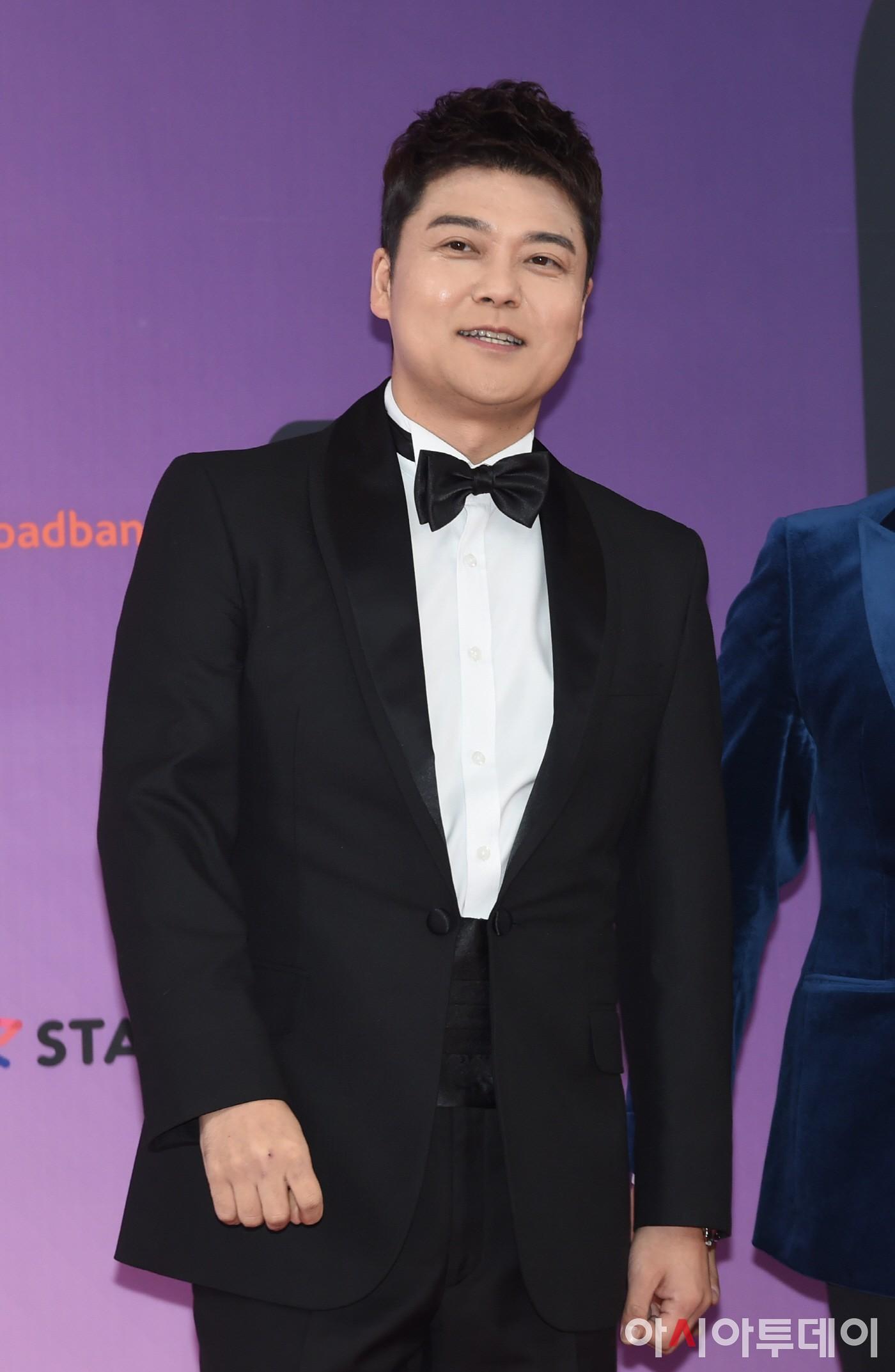 red-velvet-joy-jun-hyun-moo-host-brand-new-idol-dog-competition-chuseok-2