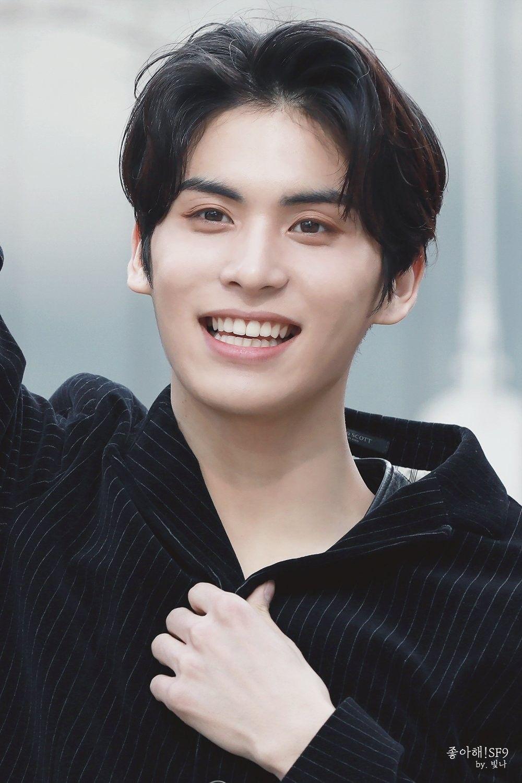 5-k-pop-idols-have-beautiful-triple-eyelids-9