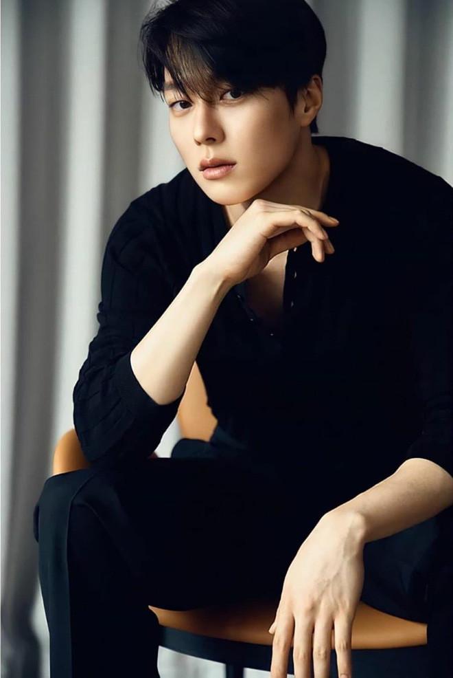 Nam thần điện ảnh mới đến từ YG Jang Ki Yong: Na ná Hyun Bin, trùng hợp sắp